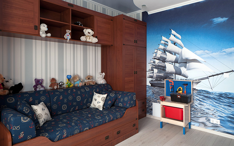 <p>Автор проекта: Светлана Урусова<br /> Кровать, устроенная в нише и огромный принт с парусником - вот и получилась каюта капитана корабля!</p>
