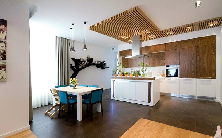 <p>Автор проекта: Fisheye Design &amp; Architecture</p> <p>Детали всегда играют роль. Здесь это - декор потолка, фотографии на стенах, цветы, светильники и проч.</p>
