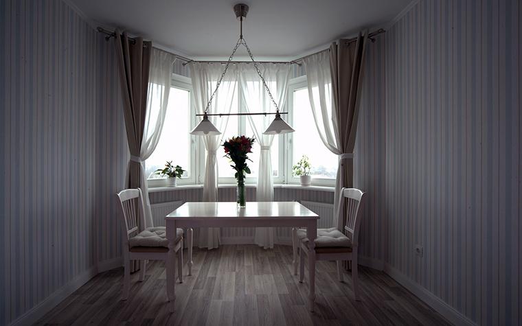 <p>Автор проекта: Валерия Матвейчик</p> <p>Столовая, расположенная в эркере вытянутого помещения, декорирована неяркими полосатыми обоями. Такая тонкая серо-голубая полоска придает интерьеру легкую классичность.</p>