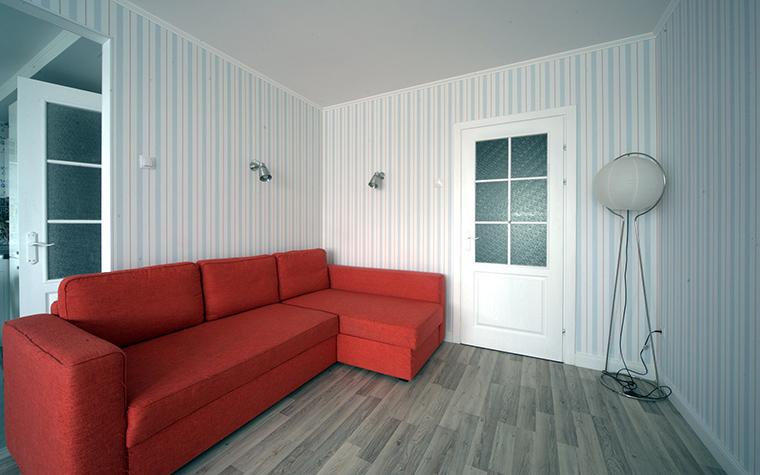 <p>Автор проекта: Валерия Матвейчик</p> <p>Гостиная в новостройке оформлена предельно лаконично. Паркетная доска, светлые обои на стенах и минимум мебели. Для ярко-красного дивана потребовался неяркий, но и не скучный фон. Такую роль отлично сыграла тонкая бело-голубая полоска.</p>