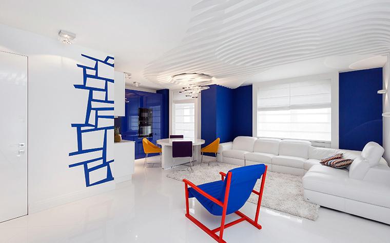 <p>Автор проекта: Марина Кутузова&nbsp;</p> <p>Белая гостиная с яркими пятнами синего цвета, графичным декором и дизайнерской мебелью выглядит эффектно и очень свежо. На белоснежном потолке развертывается своя декоративная история. Рядом с &quot;космическим светильником&quot;&nbsp; знаменитого британца&nbsp; Росса Лавгроува, на поверхности навесного потолка появляются ребристые волны,&nbsp; как будто повеяло ветром из космоса. </p>