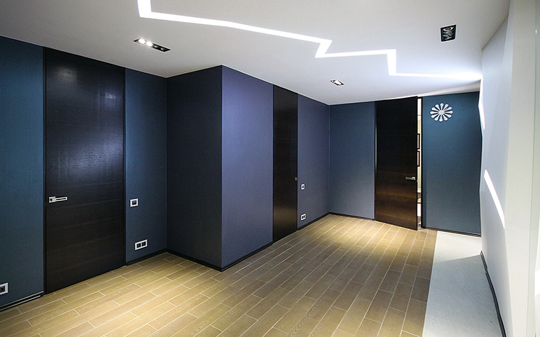 <p>Автор проекта: Fisheye Design &amp; Architecture</p> <p>В этой прихожей все до последней детали убрано в строгой геометрии шкафы. Потолочный свет- молния добавляет эффекту.</p>
