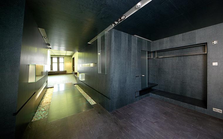 <p>Автор проекта:   Studio-Mishin</p> <p>Холл с бетонными стенами, конечно, слегка напоминает бункер Черчиля. Но согласитесь, это очень стильно!</p>
