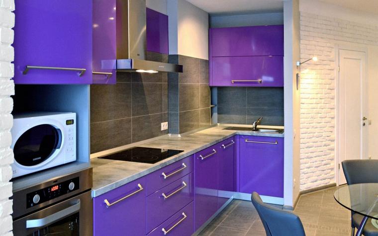 <p>Автор проекта: Алексей Катюшин</p> <p>Небольшая угловая кухня окрашена в яркие краски. Кухонные шкафы имеют глянцевые фиолетовые финиши, металлические детали и внутренние поверхности&nbsp; голубого цвета.&nbsp; Эту композицию дополняет и уравновешивает отделка стен серым камнем, а также светло-серая столешница из кориана.</p>