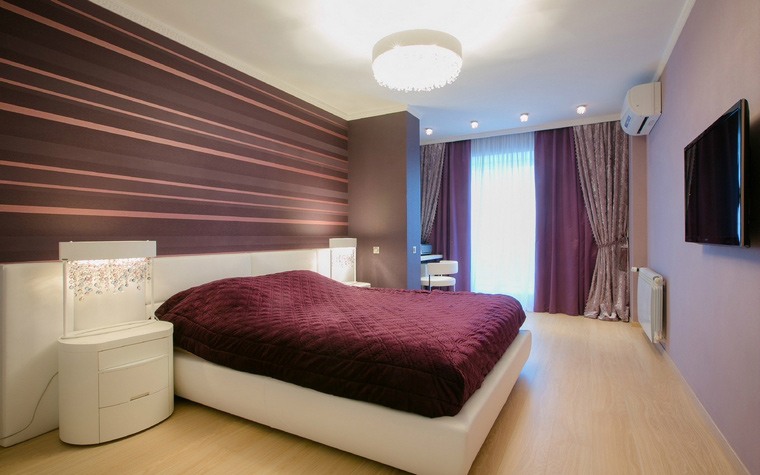 <p>Автор проекта: Мария Василенко, Евгения Олешня</p> <p>Горизонтальные полосы, подобранные в тон текстильному декору, делают пространство спальни протяженнее.</p>