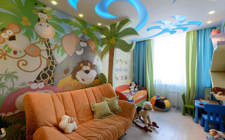 <p>Автор проекта: Наталья Симагина</p> <p>Еще один интерьер детской. В данном случае, оранжевый диван абсолютно точно попадает в африканскую тему.&nbsp; </p>