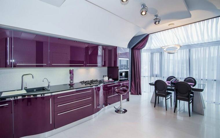 <p>Автор проекта: IConcept</p> <p>Главной доминантой просторного белого интерьера стала кухня темно-пурпурного цвета с глянцевыми финишами. Дополняет композицию драпировка, отделяющая зону кухни-столовой от гостиной. Дизайнеры отобрали ее цвет точно под тон кухни.</p>