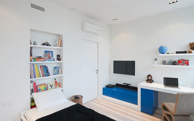 <p>Автор проекта: SL project</p> <p>В этом белом интерьере особенно ярко выглядят цветные детали: рабочая мебель цвета индиго, насыщенный сине-голубой есть в школьных аксессуарах и книгах, расставленных по белым полкам.&nbsp;</p>