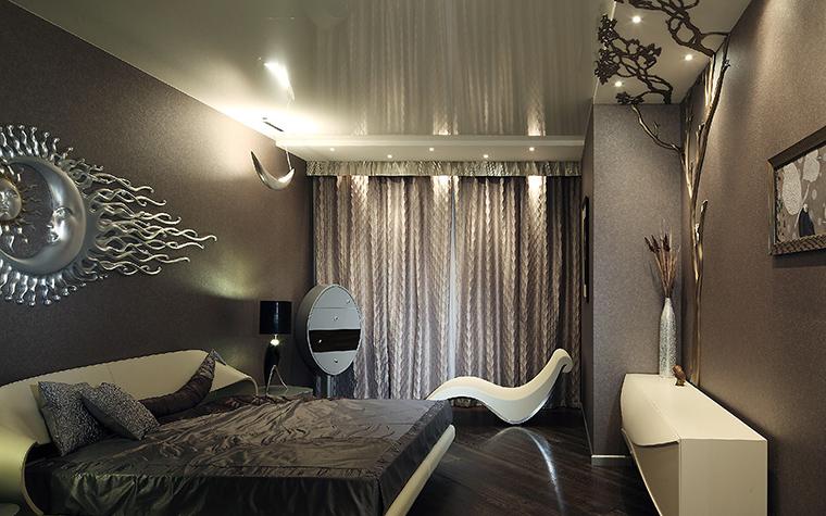 <p>Автор проекта: Наталья Дышлова Фотограф: Разутдинов Зинон</p> <p>Широкая кровать с закругленным изголовьем из светлой кожи, оригинальные по форме консоль и шезлонг создали роскошную обстановку в стиле нового ар-деко. </p> <p>&nbsp;</p>