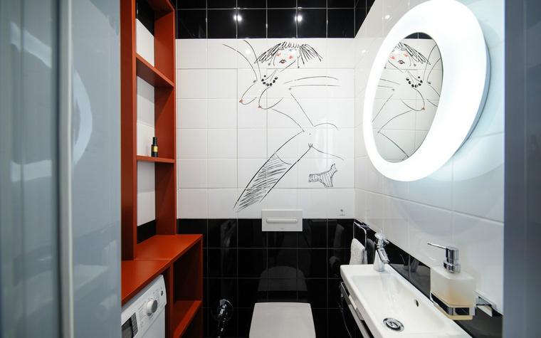 <p>Автор проекта: Дмитрий Антюшин</p> <p>В отделке стен санузла использована плитка черного и белого цвета.  Панель из Белой плитки использовали как фон для забавного рисунка,  ироничного и фривольного. </p>