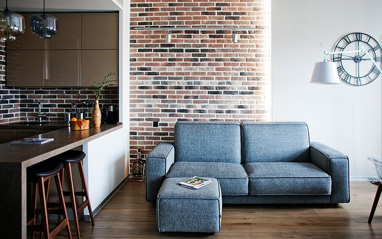<p>Автор проекта: Юлия Сологубова</p> <p>Голубой диван с приставным пуфом и отлично смотрится на фоне пестрой кирпичной стены и перекликается с ней своей фактурной обивкой.&nbsp;</p>