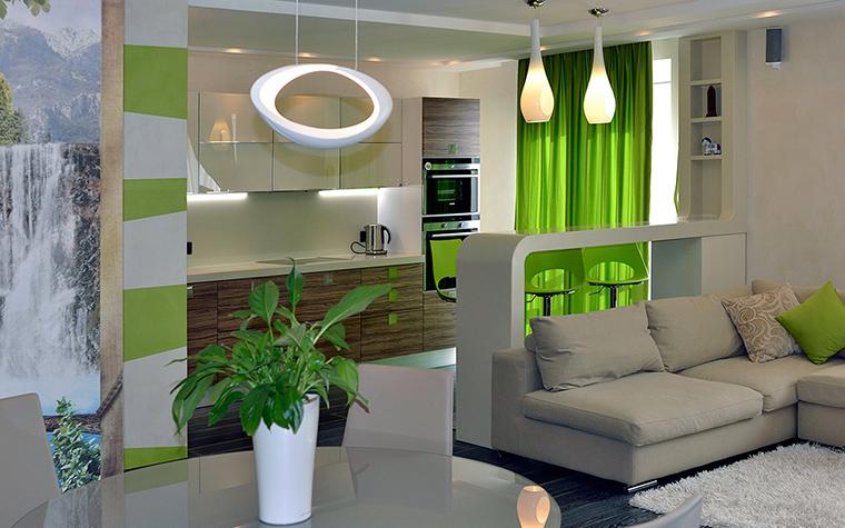 <p>Автор проекта: Наталья Симагина</p> <p>Интерьер гостиной с открытой кухней оживляют ярко-зеленые акценты. В зоне кухни в этом качестве выступили зеленые барные стулья и занавески, а также полосатая бело-салатовая стена.</p>