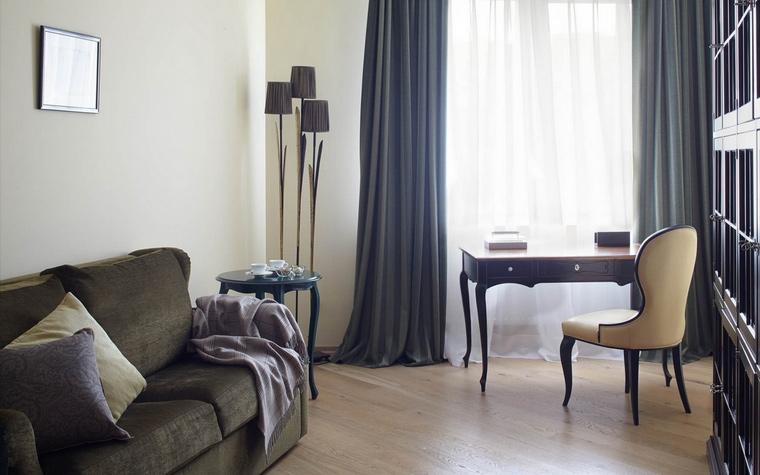 <p>Автор проекта: Анастасия Муравьева</p> <p>Домашний кабинет выглядит как небольшая элегантная гостиная или будуар. Вся обстановка выдержана в классическом духе: изящный консольный столик, фигурное кресло, стильный торшер, небольшой диван, обитый мягким велюром. Все здесь располагает к творчеству и отдыху.</p>