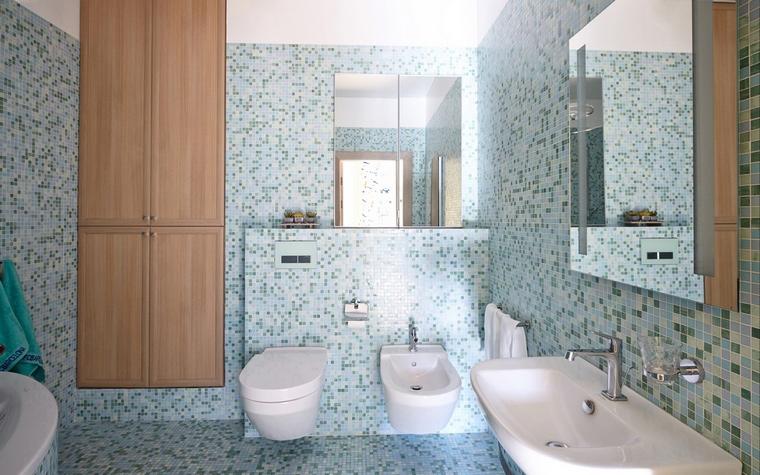 <p>Автор проекта: Анастасия Муравьева</p> <p>Мелкая плитка мозаики из разных оттенков голубого делает ванную комнату простой и легкой. Здесь много воздуха и минимум деталей. </p>