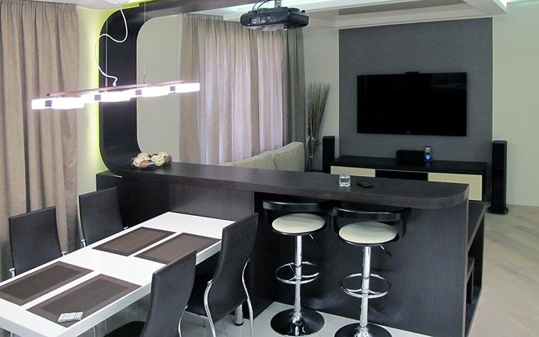 <p>Автор проекта:   Идея, Ольга Меркулова</p> <p>В сером интерьере гостиной использована вся палитра серых тонов. Обои намерено выбраны спокойного зеленоватого оттенка, чтобы подчеркнуть контраст черного и белого.</p>