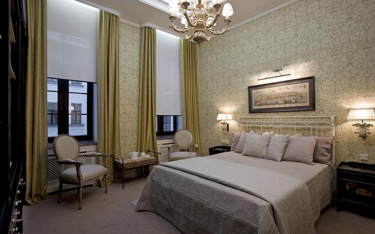 <p>Автор проекта: Юрий Зубенко</p> <p>Мягкая серо-бежевая гамма, мебель классических форм, изящные витиеватые светильники - все говорит о пристрастии хозяев спальни к благородному стилю итальянской классики.&nbsp;</p>