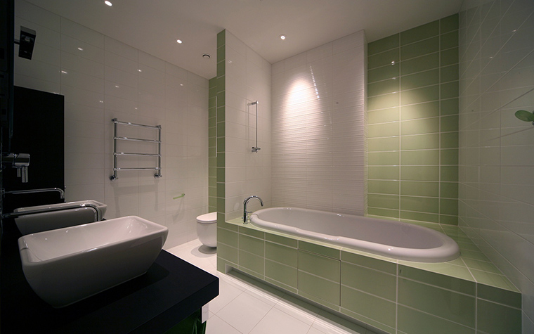 <p>Автор проекта: Юрий Зубенко</p> <p>Ванная комната облицована керамической плиткой двух цветов: молочно-белой и светло-зеленой. Причем зеленая использована в качестве акцентной. Ей отделана часть стены рядом с ванной и все основание ванной. Очень эффектно бело-зеленую композицию дополнили черной мебелью.</p>
