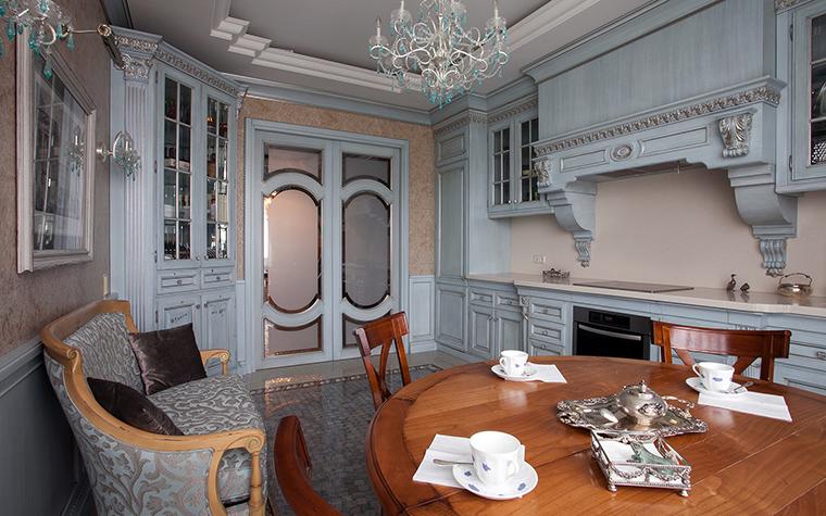 <p>Автор проекта: Юрий Зубенко</p> <p>Эта классическая кухня украшена множеством архитектурных деталей. </p>