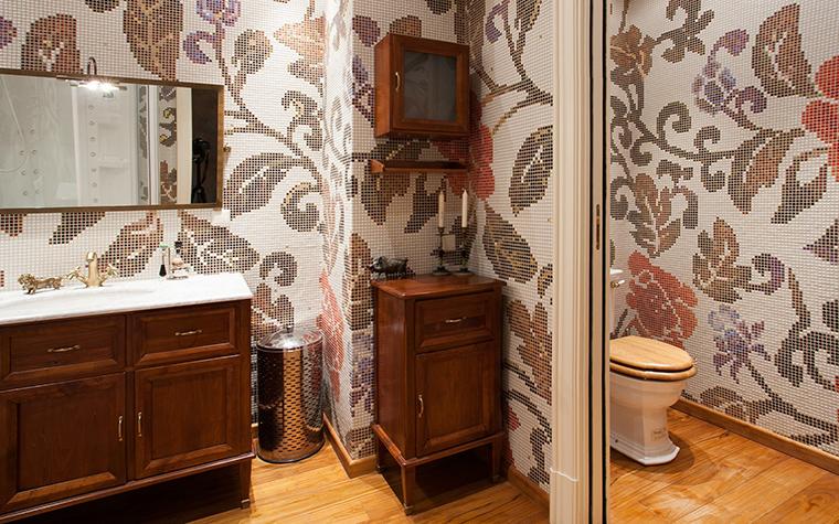 <p>Автор проекта: Юрий Зубенко</p> <p>Все стены ванной комнаты и туалета украшены пышными мозаичными узорами.  На их фоне неплохо смотрится деревянная мебель в стиле ретро. </p>