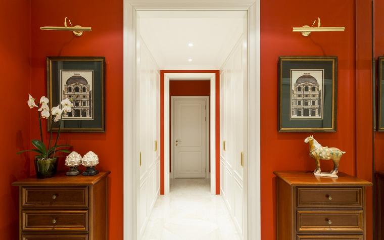 <p>Автор проекта: Анна Дёмушки</p> <p>Холл и коридор выдержаны в стиле современной классики, но в контрастных гаммах. Яркая терракота стен холла напоминает знаменитые помпеянские фрески. А коридор поражает белизной!</p>