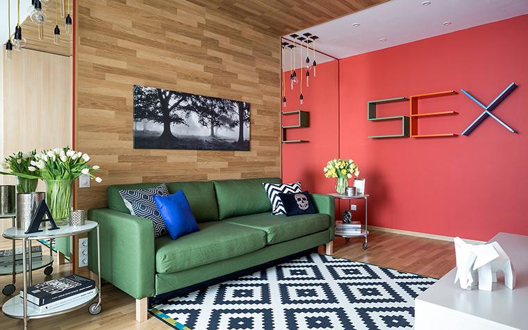 <p>Автор проекта: Анна Дёмушкина</p> <p>Зеленый диван, красная сексуальная стена, орнаментальный ч/б ковер, паркет на стенах и потолке, говорят о том, что интерьерный поп-арт жив и прекрасно себя чувствует. &nbsp;</p>