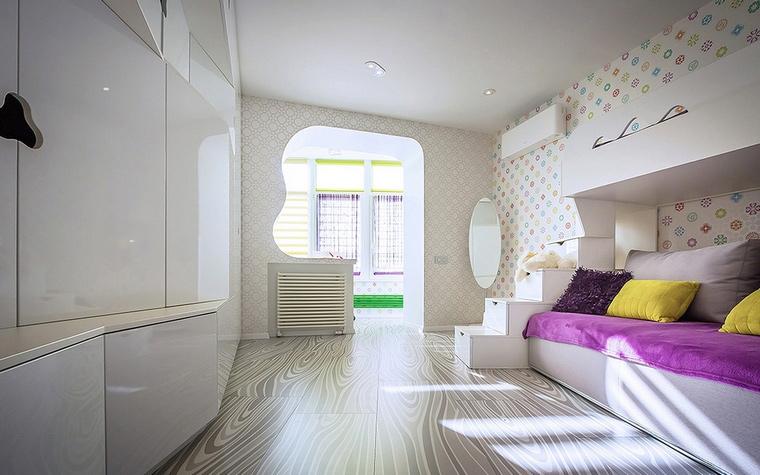 <p>Автор проекта:   Dmytro Aranchii Architects</p> <p>Белоснежный интерьер детской комнаты с присоединенным балконом всегда отлично освещен. Эта белая композиция дополнена цветом минимально и точечно. Раскраску получили только область балкона и кровати. Розово-лилового покрывало, желтые подушки, это сочетание есть в нежном орнаменте обоев.</p>