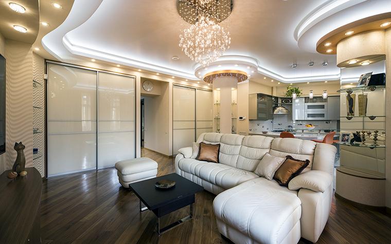 <p>Автор проекта: Ирина Райт</p> <p>Гостиная московской квартиры имеет сложное закругленное пространство. Необычная геометрия помещения подчеркивается закарнизной подсветкой и рядом встроенных точечных светильников, идущими по периметру потолка. </p>