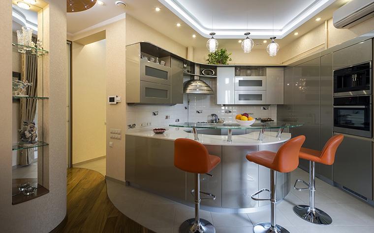 <p>Автор проекта: Ирина Райт</p> <p>Разные материалы пола в опенспейсе и выделение кухонной зоны, например, керамической плиткой - распространенный вариант. В данном случае, обозначение кухонной зоны происходит не только за счет материала, но цвета и линий. </p>