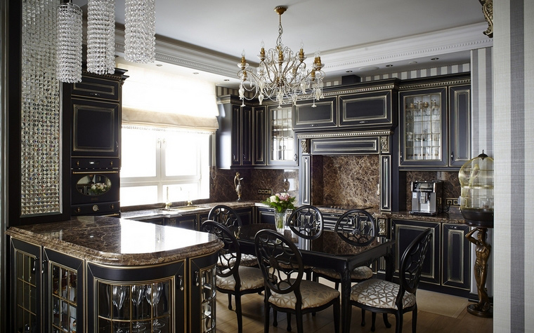 <p>Автор проекта: АвКубе.Фотограф: Констанстин Дубовец</p> <p>Мраморные столешницы, массив дерева, ковка - все это признаки кухни в классическом стиле. Черно- белая гамма общего интерьера, также определяет стиль, как и светильники,например, многорожковая хрустальная люстра.</p>