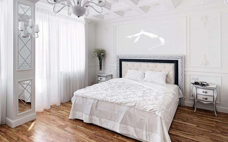 <p>Автор проекта: Андрей Максимов-Павлычев</p> <p>В белой классической спальне вся мебель белоснежная, но с эффектным черным контуром.</p>