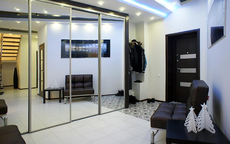 <p>Автор проекта: Владимир Огородников</p> <p>Большое зеркало и децентрированное освещение создают эффект просторного, хорошо освещенного помещения.</p>