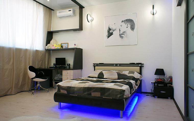 <p>Автор проекта: Владимир Огородников</p> <p>Автор проекта придумал украсить комнату для взрослого школьника цветной подсветкой. Дно кровати было оборудовано синей светодиодной лентой в результате чего появился эффект, что кровать светится изнутри.&nbsp; Ярко-синее световое пятно в монохромном графичном интерьере выглядит очень модно!</p>