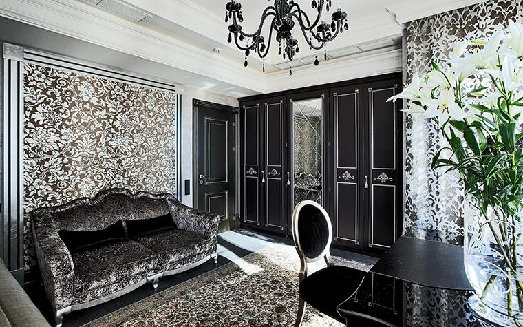 <p>Автор проекта: B&amp;L, студия &nbsp;Фотограф: Разутдинов Зинон</p> <p>Детская комната выглядит как гламурная гостиная. Стиль глэм-интерьера поддержала эксклюзивная мебель: фигурный диван с обивкой из узорчатого велюра, черно-лаковый стол и медальонные <a href=http://www.360.ru/Catalog/mebel/stulya/obedennye-stulya/plastmassovie-styl_a/>стулья</a>.&nbsp;</p>