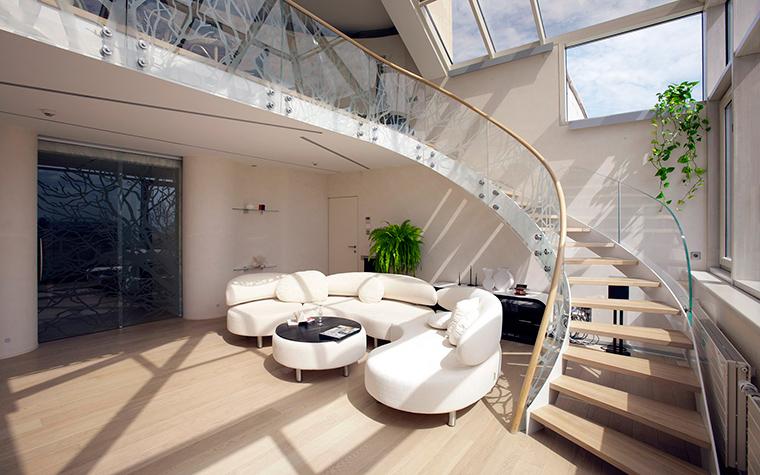 <p>Автор проекта: Александра Казаковцева,   МК-интерио, Мария Махонина.</p> <p>Полукруглая лестница, соединяющая гостиную с антрессольным этажом, задает интерьеру стиль нео-модерн. </p>