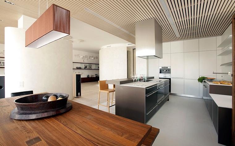 <p>Автор проекта: Александра Казаковцева,   МК-интерио, Мария Махонина</p> <p>Полосатым может быть даже потолок. В данном случае, он является объединяющим элементом общего пространства кухня-столовая. </p>