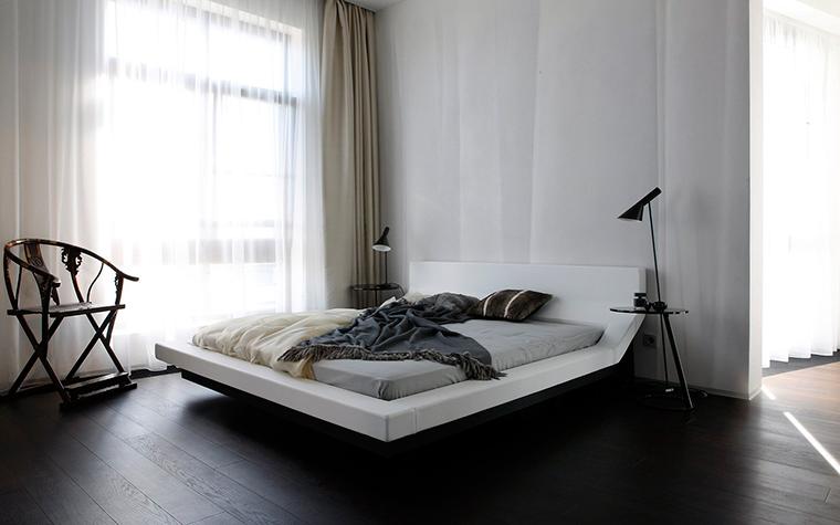 <p>Автор проекта: Александра Казаковцева,   МК-интерио, Мария Махонина</p> <p>Дизайнерская кровать, как бы парящая в воздухе, и изящное кресло в китайском духе - главные персонажи монохромной минималистичной спальни.</p>