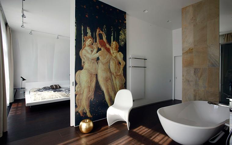 <p>Автор проекта: Александра Казаковцева Александра,   МК-интерио, Мария Махонина Мария</p> <p>Ванная комната соединена со спальней хозяев. В просторном пространстве нет ничего лишнего, только большая овальная ванна и дизайнерский стул Panton от Vitra. Главным украшением пространства дизайнеры сделали огромный постер с фрагментом знаменитого полотна Сандро Боттичелли &quot;Весна&quot;.</p>