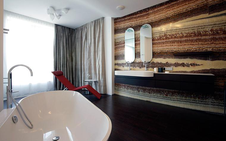<p>Автор проекта: Александра Казаковцева,   МК-интерио, Мария Махонина</p> <p>Одна из достопримечательностей этой квартиры - роскошная ванная комната, совмещенная со спальней. Там все стильно и с размахом: большое пространство, панорамное окно и стена, отделанная красивыми спилами натурального камня.</p>