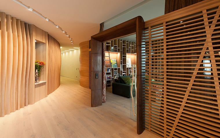 <p>Автор проекта: Александра Казаковцева,   МК-интерио, Мария Махонина</p> <p>Всевозможные деревянные решетки - не только декор, но зонирующий прием.</p>