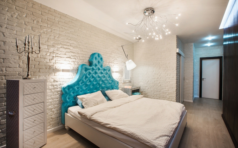 <p>Автор проекта: Старикова Ольга</p> <p>А вот и открытая кирпичная кладка появилась на стенах спальни. В данном случае, она выкрашена в белый, нейтральный цвет. </p>
