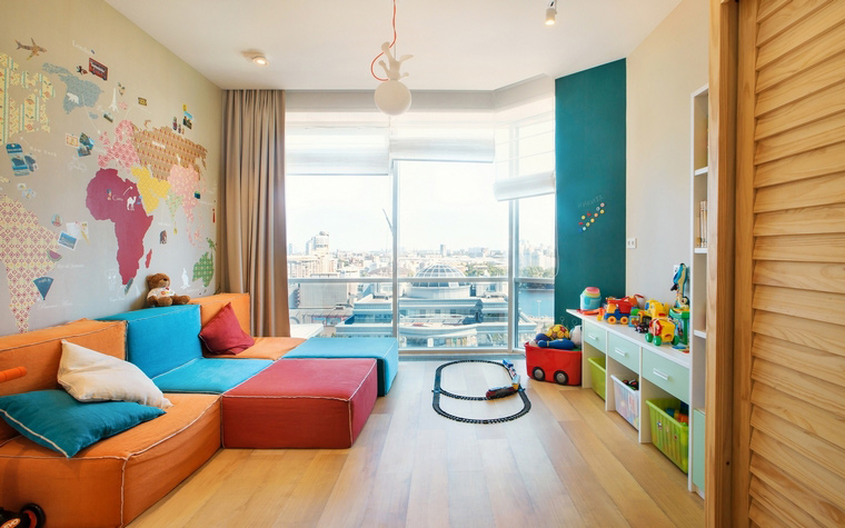 <p>Автор проекта: Ольга Старикова</p> <p>В этой детской оранжевый диван рифмуется с остальными цветами радуги. Очень эффектно и вполне уместно для интерьера детской комнаты.</p>