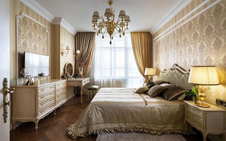 <p>Автор проекта: Алеся Сахно</p> <p>Небольшая спальня выдержана в бежево-золотистых тонах и обставлена классической мебелью высокого качества.</p>