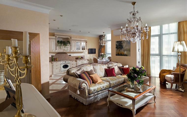 <p>Автор проекта: Алеся Сахно</p> <p>Изящный мягкий диван классических форм украшает и отделяет открытое пространство гостиной от кухонной зоны.&nbsp;</p>