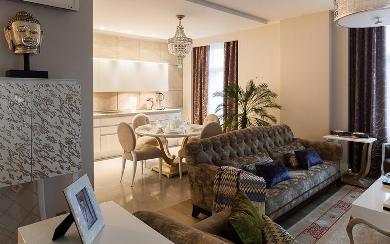 <p>Автор проекта: Елена Андреева</p> <p>Мягкий диван с высокой стеганой спинкой отделяет зону кухни от гостиной и подчеркивает модный стиль современного ар-деко.&nbsp;</p>