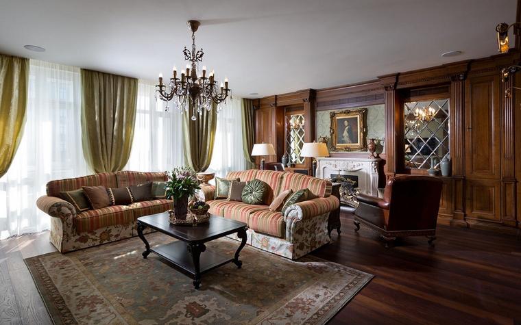 <p>Автор проекта: Алеся Сахно</p> <p>Хороший пол, ковры, текстиль также необходимы классической гостиной, как большие окна с хорошим светом. </p>