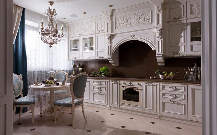 <p>Автор проекта: Алеся Сахно</p> <p>Архитектурные ордерные формы кухни являются определяющим признаком стиля. Молочно-белый цвет также отсылает к классике.</p>