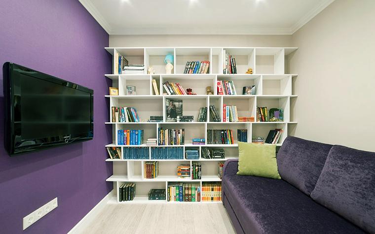 <p>Автор проекта: дизайн-студия &quot;Уютная Квартира&quot;</p> <p>Открытый белый стеллаж по соседству с яркой фиолетовой стеной делает интерьер гостиной более функциональным, а композицию более ритмичной. </p>
