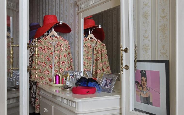 <p>Автор проекта: Atelier Interior</p> <p>Прихожая квартиры, оформленной в модном ретро стиле, наполнена цитатами из 1950-60-х годов. Винтажные наряды, афишный портрет прекрасной Одри Хепберн и т.п. В данном контексте очень уместны полосатые обои с нежными узорами, именно такие украшали&nbsp; наши дома в те советские времена.&nbsp;</p>