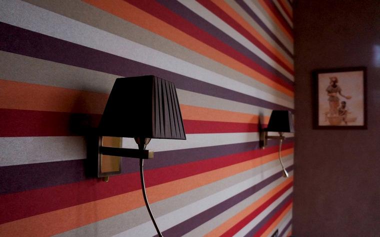 <p>Автор проекта: Татьяна Алякова</p> <p>Горизонтальные полосы этой спальни очень активны, супрематичны. Спальня &quot;а-ля Малевич&quot; - это для искушенных</p>