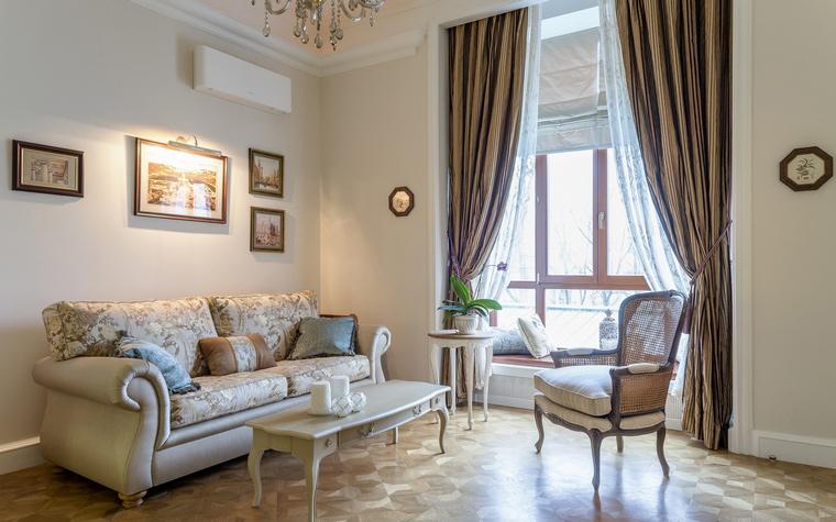 <p>Автор проекта: Уютная Квартира</p> <p>Инкрустрированные полы общим фоном объединяют мебель, картины, аксессуары гостиной.</p>